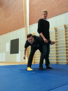 Lelulaiset Lauri Ahonen (uhri) ja Viljami Sokura (aikidoka) valmistautumassa lajiesittelyyn.